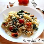 Spaghetti ze szpinakiem, krewetkami i pomidorkami
