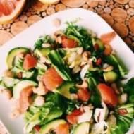 Zdrowa sałatka z krewetkami, awokado i grejpfrutem
