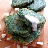 Placuszki szpinakowe z kozim serem i sosem jogurtowo-orzechowym