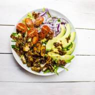 Sałatka z kurczakiem i awokado w sosie musztardowym