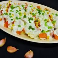 Sałatka z makaronu tortellini z sosem czosnkowym