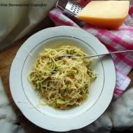 Spaghetti z cukinią, czosnkiem i chili