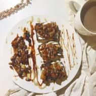 Tosty z karmelizowanym jabłkiem w słodkim sezamowo-karobowym sosie