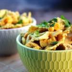 Sałatka makaronowa z kurczakiem i żółtym serem