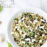 Sałatka z quinoa, szpinakiem, bakłażanem i fetą