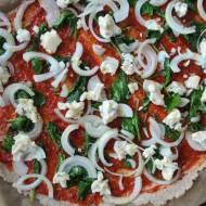 Pizza gryczano-żytnia ze szpinakiem,  cebulą i serem pleśniowym