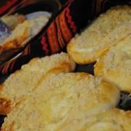 Domowe drożdżówki z białym serem; drożdżówki z serem, kruszonką i rodzynkami
