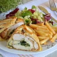 Piersi z kurczaka nadziewane szpinakiem, oliwkami i mozzarellą w cieście francuskim