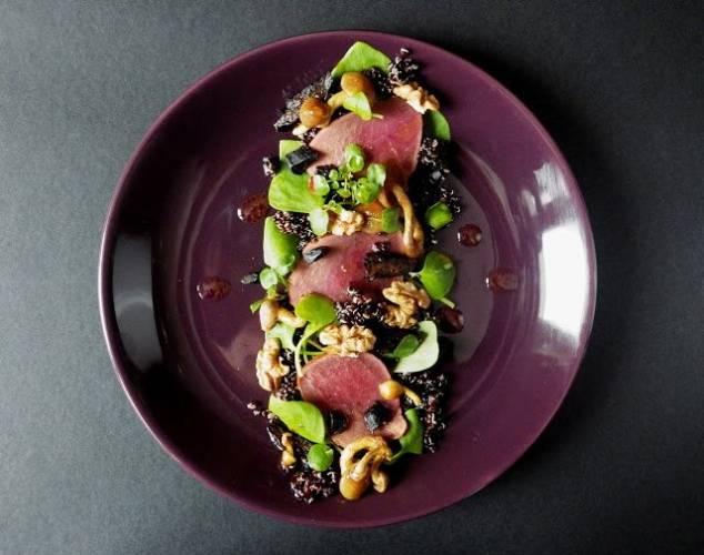 Wykwintna sałatka z czarną quinoą i sarną