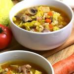 Zupa z kapusty włoskiej i wieprzowiny