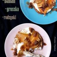 Bananowy omlet z karmelizowaną gruszką i jogurtem
