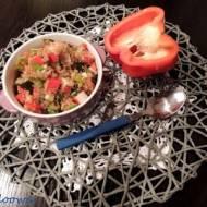Sałatka z komosy ryżowej, paluszków krabowych i papryki