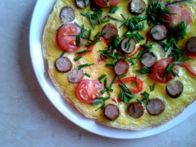 Omlet z papryką, drobiowym kabanosem i szczypiorkiem