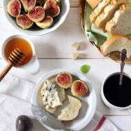 Grzanki z figami, serem pleśniowym i miodem