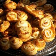 Zawijasy z ciasta francuskiego z masą krówkową