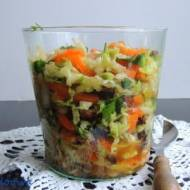 Surówka z kapusty pekińskiej, białej rzodkwi, oliwek i suszonych pomidorów
