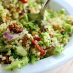 Sałatka z kaszą jaglaną, surowym brokułem i suszonymi pomidorami