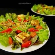 Sałatka z grillowanym tofu i prażonymi ziarnami sezamu