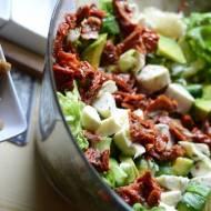 Sałatka z awokado i suszonych pomidorów