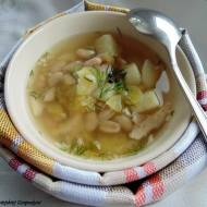 Zupa ogórkowa z białą fasolą