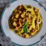 Makaron otulony aksamitnym  sosem z groszku w doborowym towarzystwie