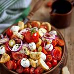 Soczysta sałatka z mozzarellą, pomidorami i chrupiącymi grzankami