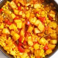 Duszona papryka z ananasem w sosie pomidorowym
