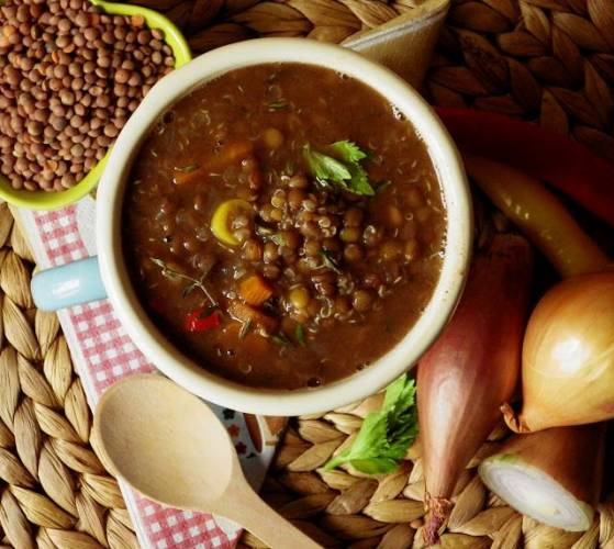 Zupa z brązowej soczewicy z quinoą i kakao (bez glutenu, bez laktozy, wegańskie)