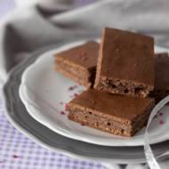 Brownie budyniowe z orzechami i karobem na białkach (bez cukru)