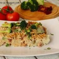 Zapiekanka makarownowa z tuńczykiem, brokułami i suszonymi pomidorami