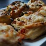 Bułki zawijane, faszerowane chorizo, jarmużem i serem