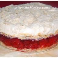 Kruche ciasto z malinami i truskawkami w galaretce i chrupiącą bezą