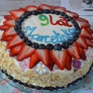 Tort z owocami i kremem śmietanowym