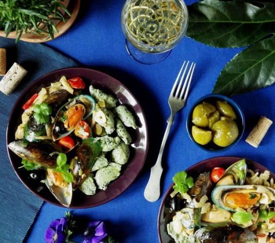 Serowo-ziołowe kluseczki z quinoą i zielone małże nowozelandzkie z fenkułem