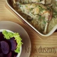 Królik duszony z cebulą i selerem – kuchnia podkarpacka