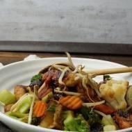 Smażony bukiet z warzyw z kurczakiem