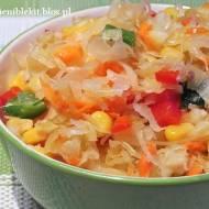 Surówka z kiszonej kapusty kiszonej z warzywami