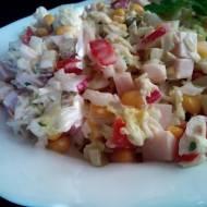 Sałatka z kapustą pekińską z szynką i kukurydzą