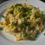 Jajecznica z boczkiem i serem
