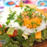 Kanapka z awokado, rukolą, kolorowym serem i jajkiem sadzonym