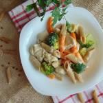 Pełnoziarnisty makaron z kurczakiem , mini marchewkami ... w sosie śmietanowym.