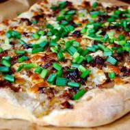 Pizza z cebulą i boczkiem