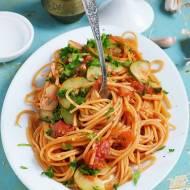 Spaghetti w pomidorach z cukinią
