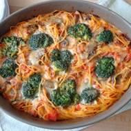 Spaghetti zapiekane z sosie śmietanowo-pomidorowym z brokułami, szynką i pieczarkami (Spaghetti con broccoletti, prosciutto e ch
