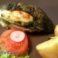 Filety kurczaka nadziewane gruszą i serem halloumi z młodym jęczmieniem i ziołami