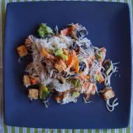 Makaron ryżowy z brokułem pieczarkami i marynowanym tofu