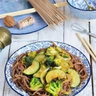 Makaron soba z cukinią i brokułami