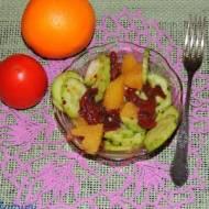 Wytrawna sałatka z pomarańczą i ogórkiem