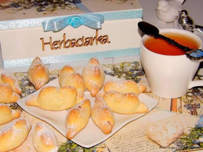 Ciasteczka krucho-drożdżowe z marmoladą wieloowocową.