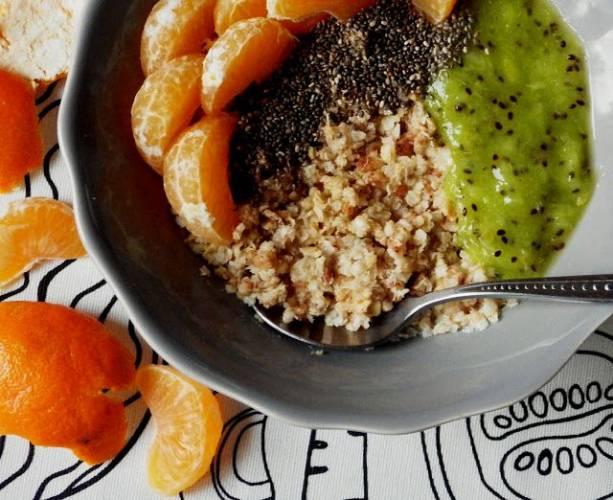 Śniadaniowa quinoa z kiwi, mandarynką i nasionami chia